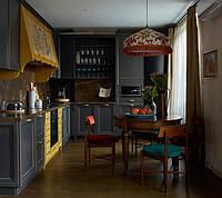 Синяя кухня с деревянным резным декором