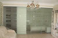 Стеклянная дверь двустворчатая раздвижная закрытого типа из закаленного стекла с матовым рисунком
