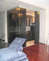 Стеклянная дверь двустворчатая раздвижная закрытого типа из серого закаленного стекла