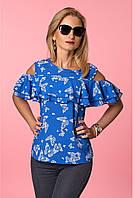 Женская блуза с открытыми плечами и воланами цвета электрик