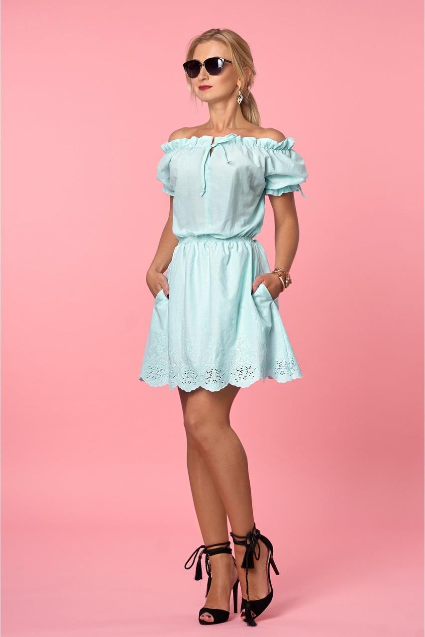 Воздушное летнее платье с открытыми плечами из коттона с вышивкой