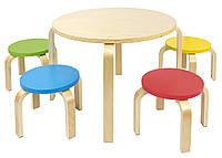Круглый деревянный стол с красочными стульями