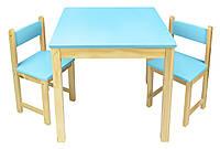 Деревянный стол с двумя стульями голубой