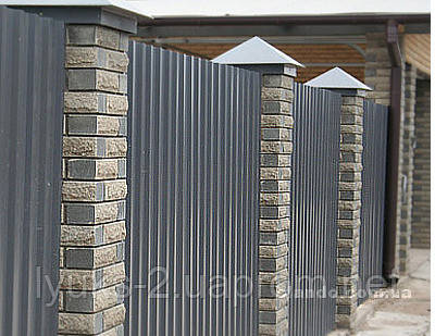 Забор из профнастила с кирпичными столбами