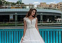 Шикарное свадебное платье А-силуэта, украшенное элементами гипюра вышитыми бисером, жемчугом и камнем