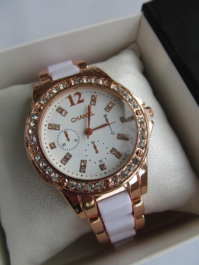 Женские наручные часы Chanel золотистые, Шанель на руку для девушки для женщины стрелочные кварцевые золотистые с белым под золото с камнями со стразами