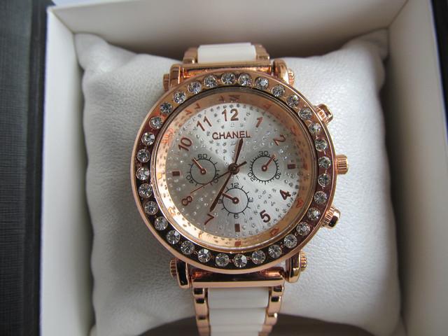 Женские часы Chanel золотистые с белым, Шанель на руку для женщины для девушки наручные стрелочные кварцевые под золото со стразами с камнями