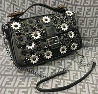 Модная сумка-клатч на цепочке с цветами черная