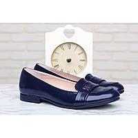 Туфли синего цвета на низком каблуке из натурального лака