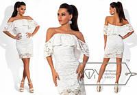 Белое платье из гипюра со спадающей с плеч рюшей