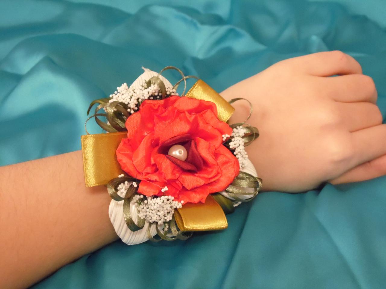 Бутоньерка на руку красная (цветочный браслет)