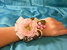 Бутоньерка на руку розовая (цветочный браслет)