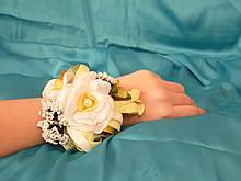 Бутоньерка на руку белая с желтым (цветочный браслет)