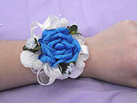 Бутоньерка на руку голубая с белым (цветочный браслет)