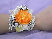 Бутоньерка на руку оранжевая (цветочный браслет)