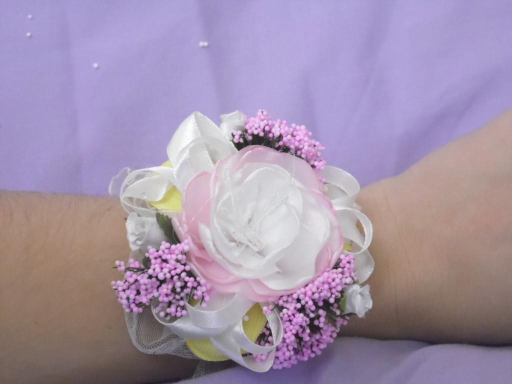 Бутоньерка на руку бело-розовая (цветочный браслет)