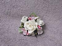 Бутоньерка на руку бежевая с розовым (цветочный браслет)