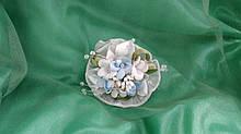 Бутоньерка на руку белая с голубым (цветочный браслет)