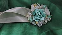 Бутоньерка на руку мятная (цветочный браслет)