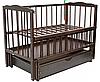 Детская кроватка Малыш (темный орех), с откидной боковинкой на маятнике с  ящиком