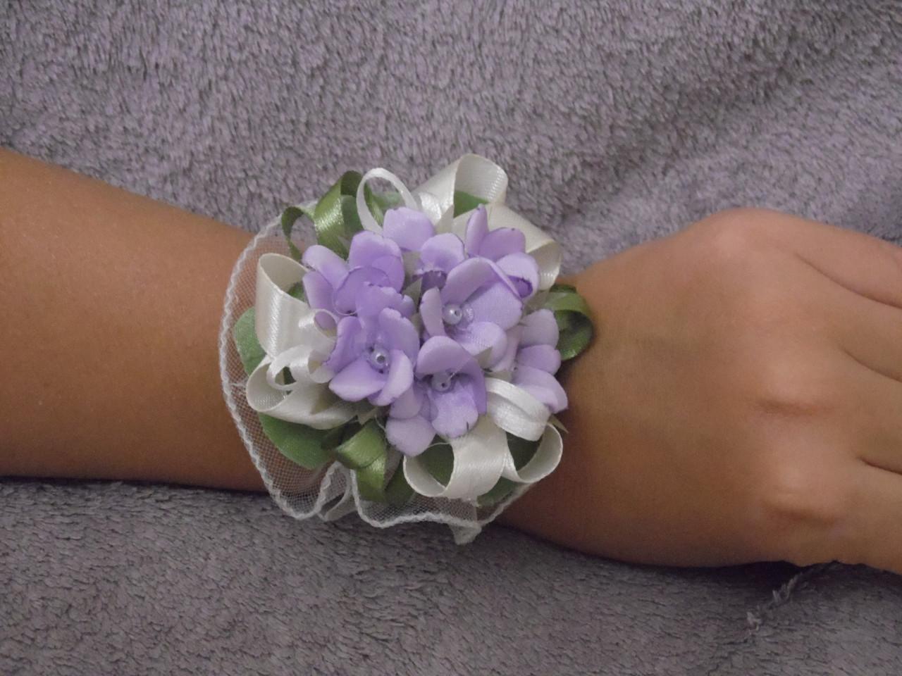 Бутоньєрка на руку бузкова (квітковий браслет)