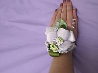 Бутоньерка на руку из сиреневой орхидеи (цветочный браслет)