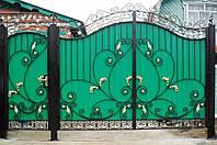 Кованые ворота зашиты профнастилом
