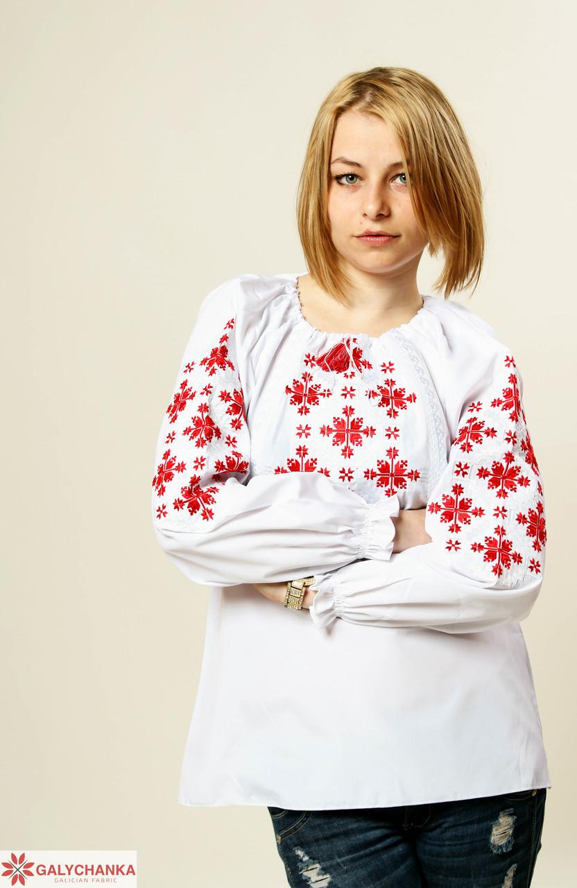 Традиционная женская сорочка вышиванка с красным орнаментом