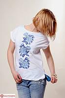 Красивая хлопковая блуза украшена машинной вышивкой