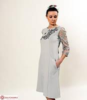 Оригинальное платье из трикотажа с гипюром спереди расшито машинной вышивкой