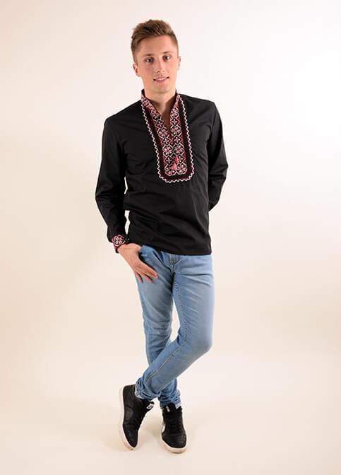 Красивая мужская сорочка украшена машинной вышивкой крестиком