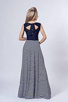 Красивое длинное платье синего цвета с юбкой в полоску и оригинальной спинкой