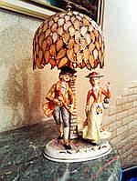 Лампа Тиффани, часы, каминный экран радиатора, статуэтки цветного стекла, вазы и проч.