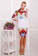 Женское белое приталенное платье по колено  с цветами