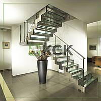 Металлическая лестница с ступенями из стекла