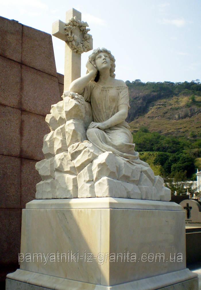 """Уникальная скульптура из мрамора """"Девушка на груде камней"""""""