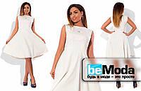 Красивое однотонное женское платье средней длины белое