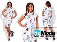 Классическое платье-футляр с необычным цветочным принтом белое