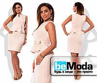 Женское платье-футляр средней длины с баской и бантиком на талии персиковое