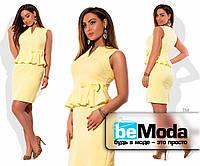 Женское платье-футляр средней длины с баской и бантиком на талии желтое