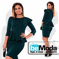 Эффектное женское платье с баской на талии и прикрытым плечом зеленое