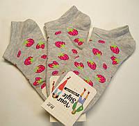 Носки серого цвета женские короткие в малиновые ягоды