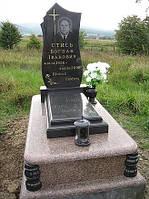 Гранитный одиночный памятник с надгробной плитой и вазой