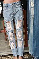 Светлые джинсы с потёртостями и бусинами