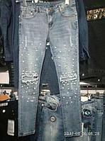 Светлые узкие джинсы с прорезами на коленях и бусинами