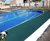 Резиновое покрытие возле бассейна.
