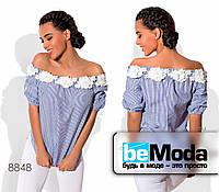 Стильная женская блуза из коттона с открытыми плечами и декоративными цветами синяя