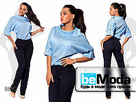 Стильный женский костюм из прямых брюк и свободной блузы голубой
