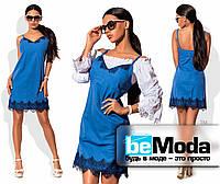 Милое женское платье на тонких бретелях с кружевной отделкой и блузой в комплекте голубое