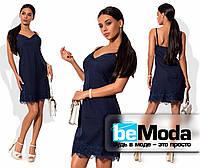 Милое женское платье на тонких бретелях с кружевной отделкой синее
